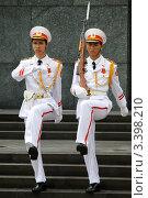 Купить «Солдаты в белой униформе рядом Мавзолею Хо Ши мина в Ханое, Вьетнам», фото № 3398210, снято 14 сентября 2011 г. (c) Валерий Шанин / Фотобанк Лори