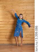 Девочка танцует около деревянной стены в голубом платье, фото № 3399086, снято 25 марта 2012 г. (c) Армен Богуш / Фотобанк Лори