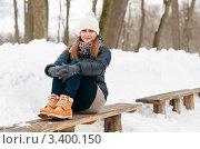 Купить «Красивая девушка сидит на лавочках в парке зимой», эксклюзивное фото № 3400150, снято 27 марта 2012 г. (c) Игорь Низов / Фотобанк Лори