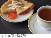 Блины с красной икрой и чашка с чаем. Стоковое фото, фотограф Мария Волочек / Фотобанк Лори