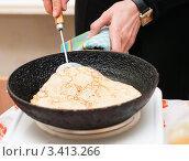 Купить «Женщина жарит блин на сковородке», эксклюзивное фото № 3413266, снято 25 февраля 2012 г. (c) Игорь Низов / Фотобанк Лори