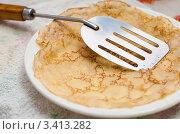 Купить «Масленица. Жареный блин на тарелке», эксклюзивное фото № 3413282, снято 25 февраля 2012 г. (c) Игорь Низов / Фотобанк Лори