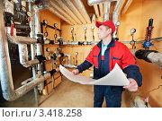 Купить «Инженер с бумагами в котельной», фото № 3418258, снято 5 марта 2012 г. (c) Дмитрий Калиновский / Фотобанк Лори