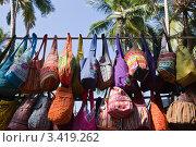 Купить «Продажа сумок на рынке. Индия. Гоа.», фото № 3419262, снято 18 января 2012 г. (c) Victoria Demidova / Фотобанк Лори