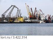 Вид на порт со стороны реки (2012 год). Редакционное фото, фотограф Юрий Кузовлев / Фотобанк Лори
