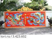 Дракон с жар-птицей на красном фоне (2011 год). Редакционное фото, фотограф Рачия Арушанов / Фотобанк Лори