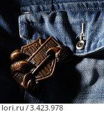 Потёртая бляха ремня Harley Davidson на джинсовом фоне (2012 год). Редакционное фото, фотограф Фёдоров Евгений / Фотобанк Лори