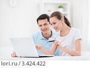 Купить «Молодая семейная пара делает покупки по интернету», фото № 3424422, снято 6 октября 2011 г. (c) Raev Denis / Фотобанк Лори