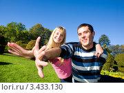 Купить «Счастливые влюбленные на природе», фото № 3433130, снято 9 октября 2008 г. (c) Эдуард Стельмах / Фотобанк Лори