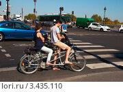 Купить «Молодая пара на велосипеде-тандеме в Париже», фото № 3435110, снято 29 сентября 2011 г. (c) katalinks / Фотобанк Лори