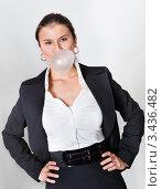 Купить «Деловая женщина надувает жевательную резинку», фото № 3436482, снято 13 ноября 2010 г. (c) Андрей Попов / Фотобанк Лори