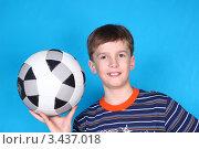 Купить «Улыбающийся мальчик держит футбольный мяч в руке», фото № 3437018, снято 1 апреля 2012 г. (c) Николай Мухорин / Фотобанк Лори