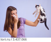 Купить «У девушки аллергия на кошек», фото № 3437066, снято 14 апреля 2012 г. (c) Типляшина Евгения / Фотобанк Лори