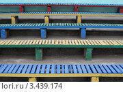 Разноцветные деревянные скамейки. Стоковое фото, фотограф Юрий Кузовлев / Фотобанк Лори