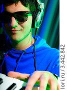 Купить «Музыкант в наушниках играет на синтезаторе», фото № 3442842, снято 11 февраля 2012 г. (c) Elnur / Фотобанк Лори