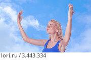 Девушка медитирует стоя, подняв руки вверх с закрытыми глазами. Стоковое фото, фотограф Симон Герреро Ушаков / Фотобанк Лори