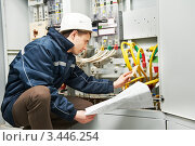 Купить «Электрик проверяет кабельные линии», фото № 3446254, снято 15 марта 2012 г. (c) Дмитрий Калиновский / Фотобанк Лори
