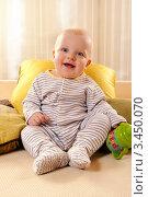 Веселый малыш с поильником в руке (2012 год). Редакционное фото, фотограф Емельянова Карина / Фотобанк Лори