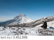 Купить «Фотограф снимает Корякский вулкан на Камчатке», фото № 3452898, снято 25 октября 2009 г. (c) А. А. Пирагис / Фотобанк Лори