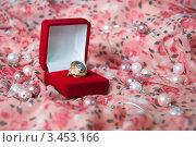 Кольцо в подарочной коробке. Стоковое фото, фотограф Артеменко Арина / Фотобанк Лори