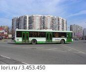 Купить «Автобус № 723 едет по Новокосинской улице. Район Новокосино.Москва», эксклюзивное фото № 3453450, снято 17 апреля 2012 г. (c) lana1501 / Фотобанк Лори