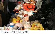 Купить «Русская православная церковь. Пасха, освящение куличей», видеоролик № 3453778, снято 14 апреля 2012 г. (c) Mikhail Erguine / Фотобанк Лори