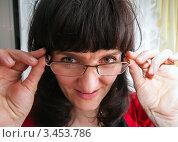 Купить «Странная женщина смотрит поверх очков», эксклюзивное фото № 3453786, снято 19 января 2019 г. (c) Игорь Низов / Фотобанк Лори