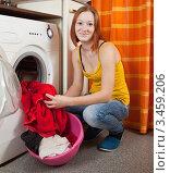 Купить «Рыжеволосая девушка загружает белье в стиральную машину», фото № 3459206, снято 29 января 2011 г. (c) Яков Филимонов / Фотобанк Лори