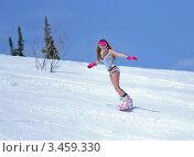 Молодая сноубрдистка съезжает с горы в нижнем белье. Стоковое фото, фотограф Владимир Логутенко / Фотобанк Лори