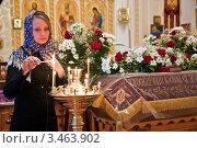 Купить «Девушка ставит свечку ко святой плащанице в православном храме», фото № 3463902, снято 16 августа 2018 г. (c) Андрей Ярославцев / Фотобанк Лори