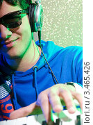Купить «Улыбающийся молодой человек в очках и наушниках играет на синтезаторе», фото № 3465426, снято 11 февраля 2012 г. (c) Elnur / Фотобанк Лори