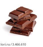 Разломанная плитка темного молочного шоколада на белом фоне. Стоковое фото, фотограф Галина Власова / Фотобанк Лори