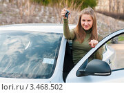 Радостная девушка блондинка с ключами стоит рядом с автомобилем (2012 год). Редакционное фото, фотограф Игорь Низов / Фотобанк Лори