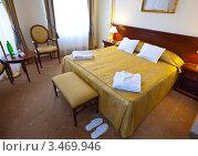 Купить «Интерьер спальни с большой кроватью», эксклюзивное фото № 3469946, снято 24 ноября 2011 г. (c) Яков Филимонов / Фотобанк Лори