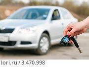 Купить «Рука с брелоком сигнализации на фоне машины», эксклюзивное фото № 3470998, снято 25 апреля 2012 г. (c) Игорь Низов / Фотобанк Лори