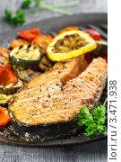 Купить «Стейк из лосося и овощи, поджаренные на гриле», эксклюзивное фото № 3471938, снято 13 апреля 2012 г. (c) Ирина Завьялова / Фотобанк Лори