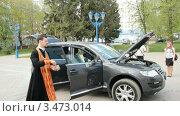 Купить «Освящение автомобиля», видеоролик № 3473014, снято 14 апреля 2012 г. (c) Mikhail Erguine / Фотобанк Лори