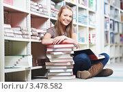 Купить «Улыбающаяся девушка сидит со стопкой книг на полу в библиотеке», фото № 3478582, снято 24 января 2012 г. (c) Дмитрий Калиновский / Фотобанк Лори