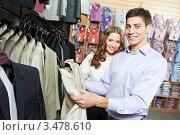 Купить «Молодые люди выбирают костюм в магазине», фото № 3478610, снято 21 февраля 2012 г. (c) Дмитрий Калиновский / Фотобанк Лори