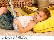 Мальчик лежит на ковре с книжкой. Стоковое фото, фотограф Емельянова Карина / Фотобанк Лори
