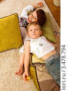Брат с сестрой лежат на ковре (2012 год). Редакционное фото, фотограф Емельянова Карина / Фотобанк Лори