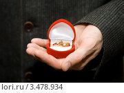 Обручальные кольца в подарочной коробке на мужской ладони. Стоковое фото, фотограф юлия юрочка / Фотобанк Лори