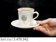 Мужская рука держит чашку эспрессо на черном фоне. Стоковое фото, фотограф юлия юрочка / Фотобанк Лори