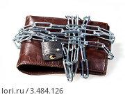 Купить «Старый бумажник, перемотанный цепью с замком для сохранности денег», фото № 3484126, снято 4 марта 2011 г. (c) ElenArt / Фотобанк Лори