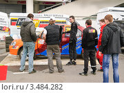 Купить «Люди рассматривают гоночный автомобиль, Rally Masters Show 2012», эксклюзивное фото № 3484282, снято 21 апреля 2012 г. (c) Алёшина Оксана / Фотобанк Лори
