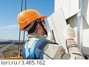 Купить «Монтажник крепит навесную фасадную систему на стену здания», фото № 3485162, снято 10 апреля 2012 г. (c) Дмитрий Калиновский / Фотобанк Лори