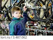 Купить «Мальчик в магазине выбирает велосипед», эксклюзивное фото № 3487062, снято 1 мая 2012 г. (c) Володина Ольга / Фотобанк Лори