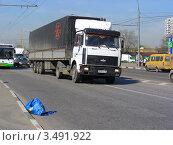 Грузовик едет по Носовихинскому шоссе, Москва (2012 год). Редакционное фото, фотограф lana1501 / Фотобанк Лори