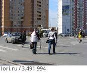 Купить «Люди переходят дорогу по пешеходному переходу.Улица Новокосинская, Москва», эксклюзивное фото № 3491994, снято 24 апреля 2012 г. (c) lana1501 / Фотобанк Лори