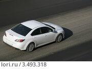 Купить «Белая машина едет по дороге», фото № 3493318, снято 22 февраля 2012 г. (c) Юрий Бизгаймер / Фотобанк Лори